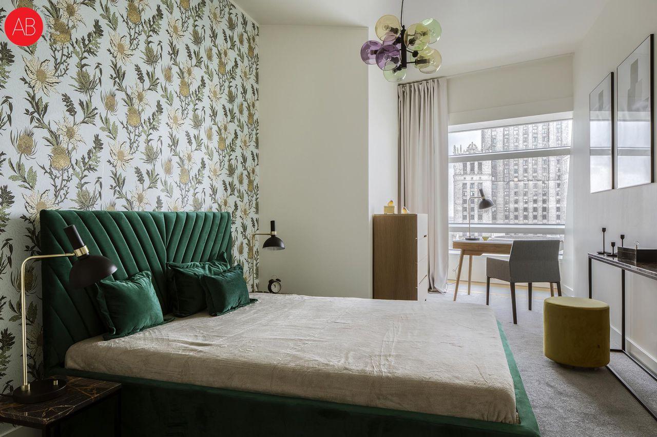 Apartament Dublin (Złota 44.) - wzorzysta tapeta w sypialni