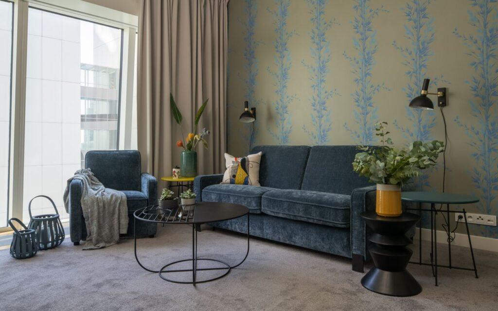 Zestaw wypoczynkowy Jana czyli sofa i fotel na tle ściany z tapetą z motywem bambusa